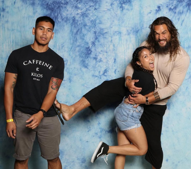 Hilarious fan photo with Jason Momoa.