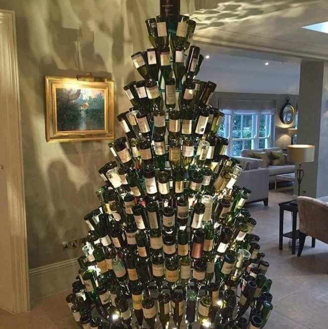 Brilliant Christmas tree decoration idea.